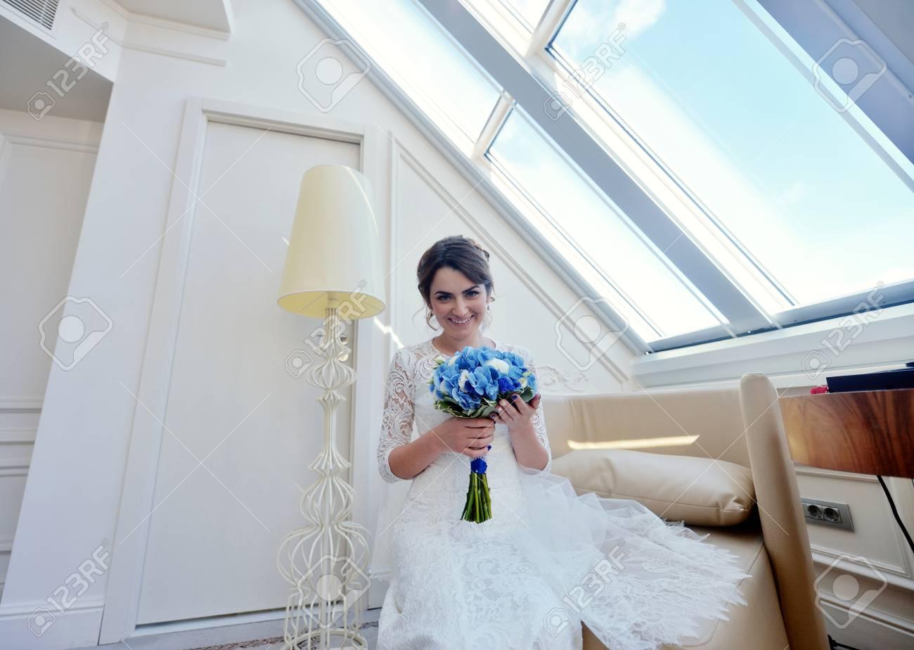 Schoonheid Bruid In Bruidsjurk Met Een Boeket En Kanten Sluier Binnenshuis