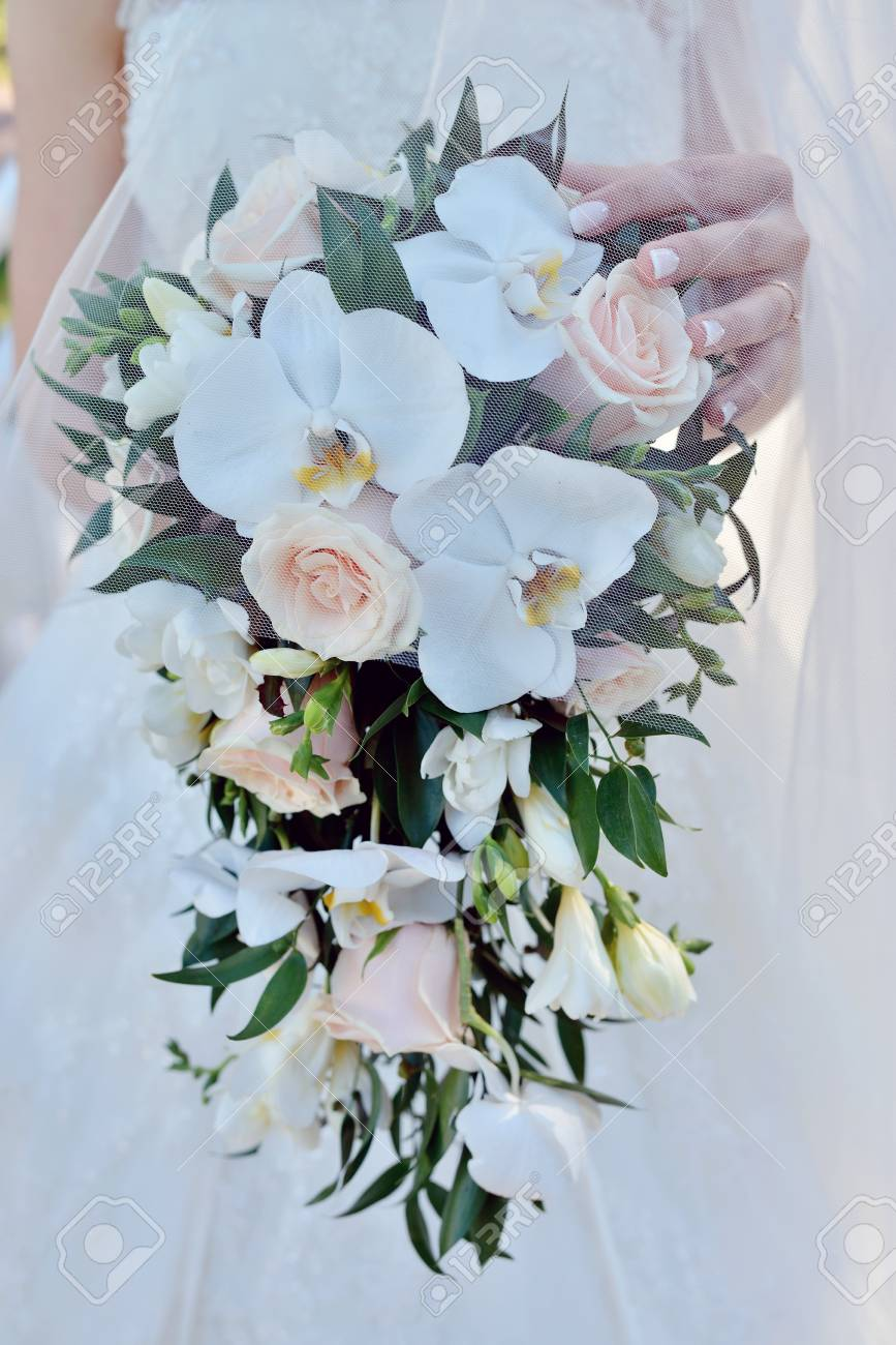 Bouquet Di Fiori Per Sposa.Beautiful Bride Is Holding A Wedding Colorful Bouquet Beauty