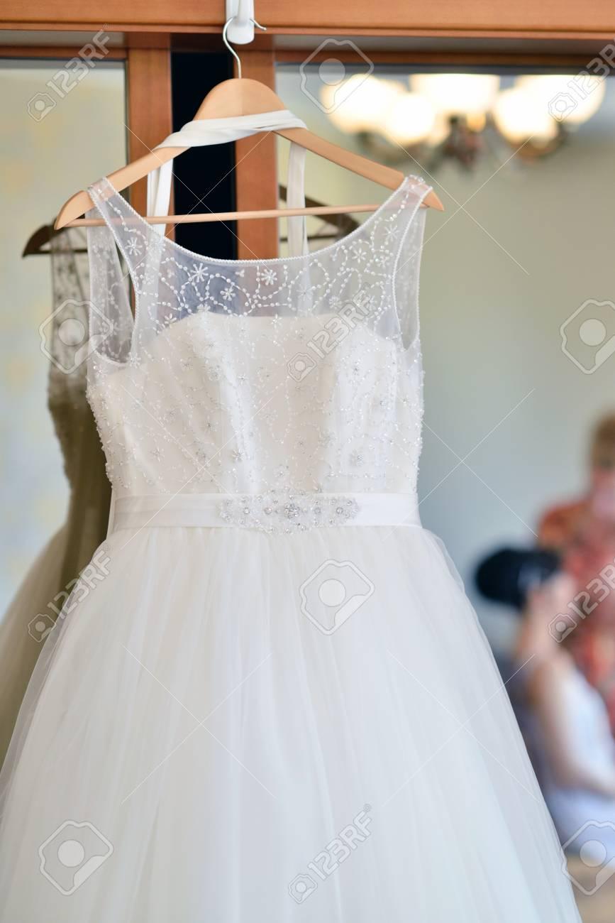 Schöne Weiße Hochzeitskleid Für Die Braut Im Haus. Schönheit ...