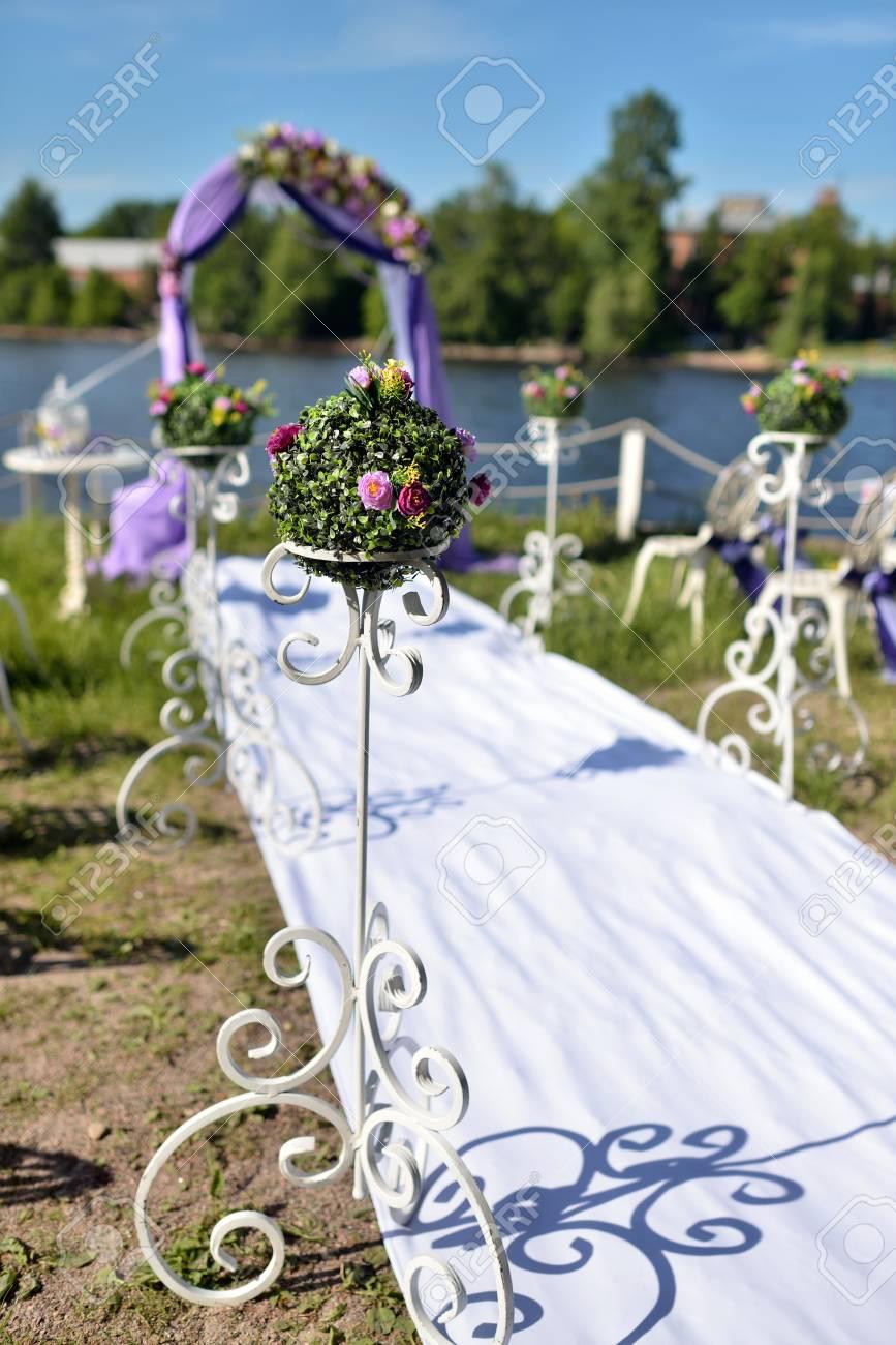 Schone Hochzeit Bogen Und Stuhle Fur Die Ehe Mit Spitze Verziert