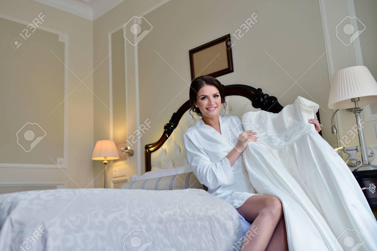 Schöne Braut In Der Robe Ist Gerade Ein Hochzeitskleid. Beauty ...