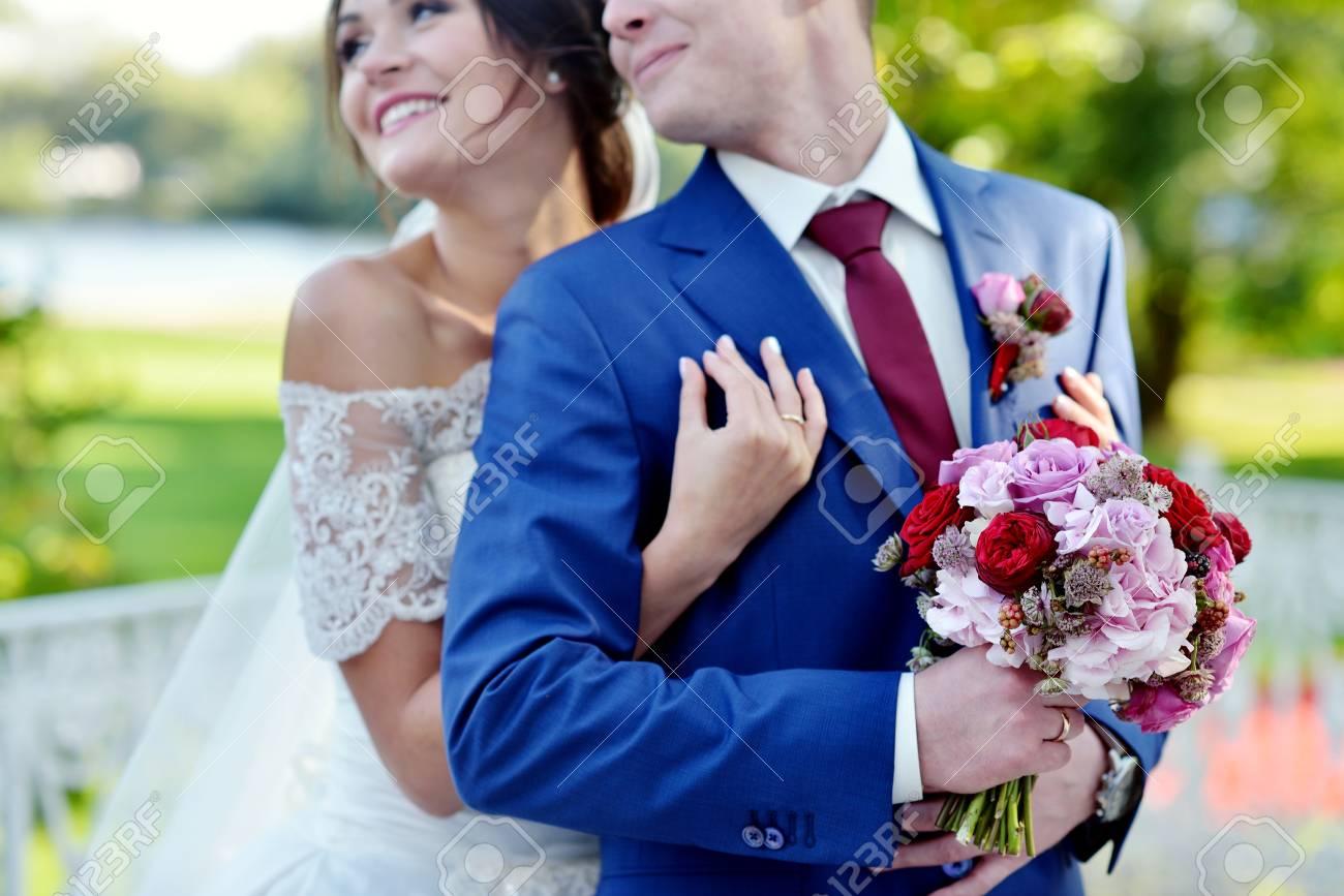 Hochzeitspaare Auf Der Natur Umarmen Einander. Schöne Modell Mädchen ...