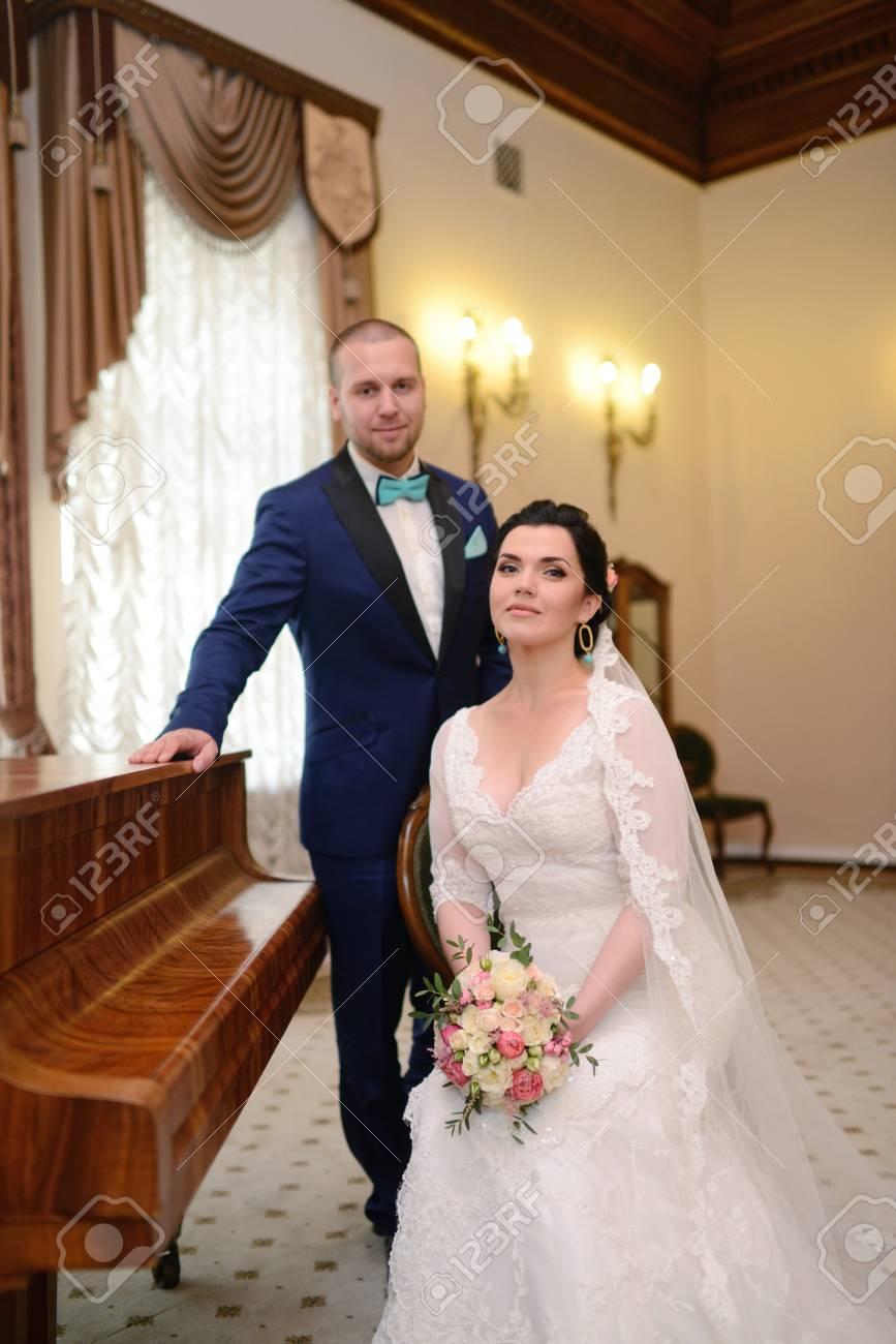 Witte Jurk Op Een Bruiloft.Bruiloft Paar Binnenshuis Is Knuffelen Elkaar Mooi Model Meisje In