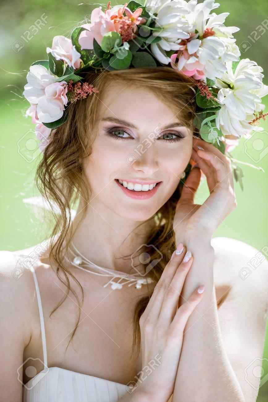 Gros Plan Sur La Mariée Avec La Coiffure Et Le Maquillage De Mariage De Mode
