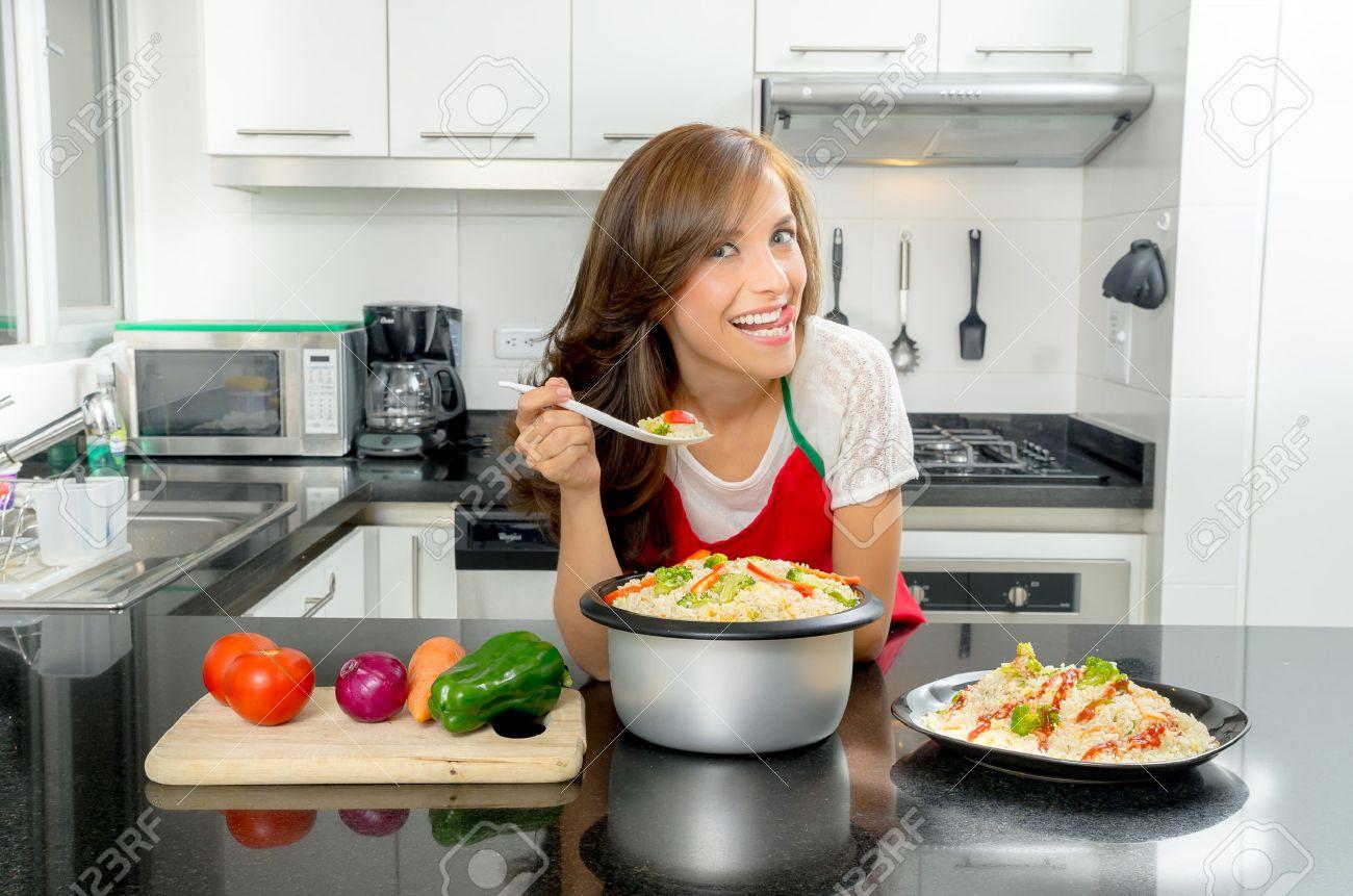 Hispanic Schöne Frau In Modernen Küche Kochen Bücken Zähler Hält ...