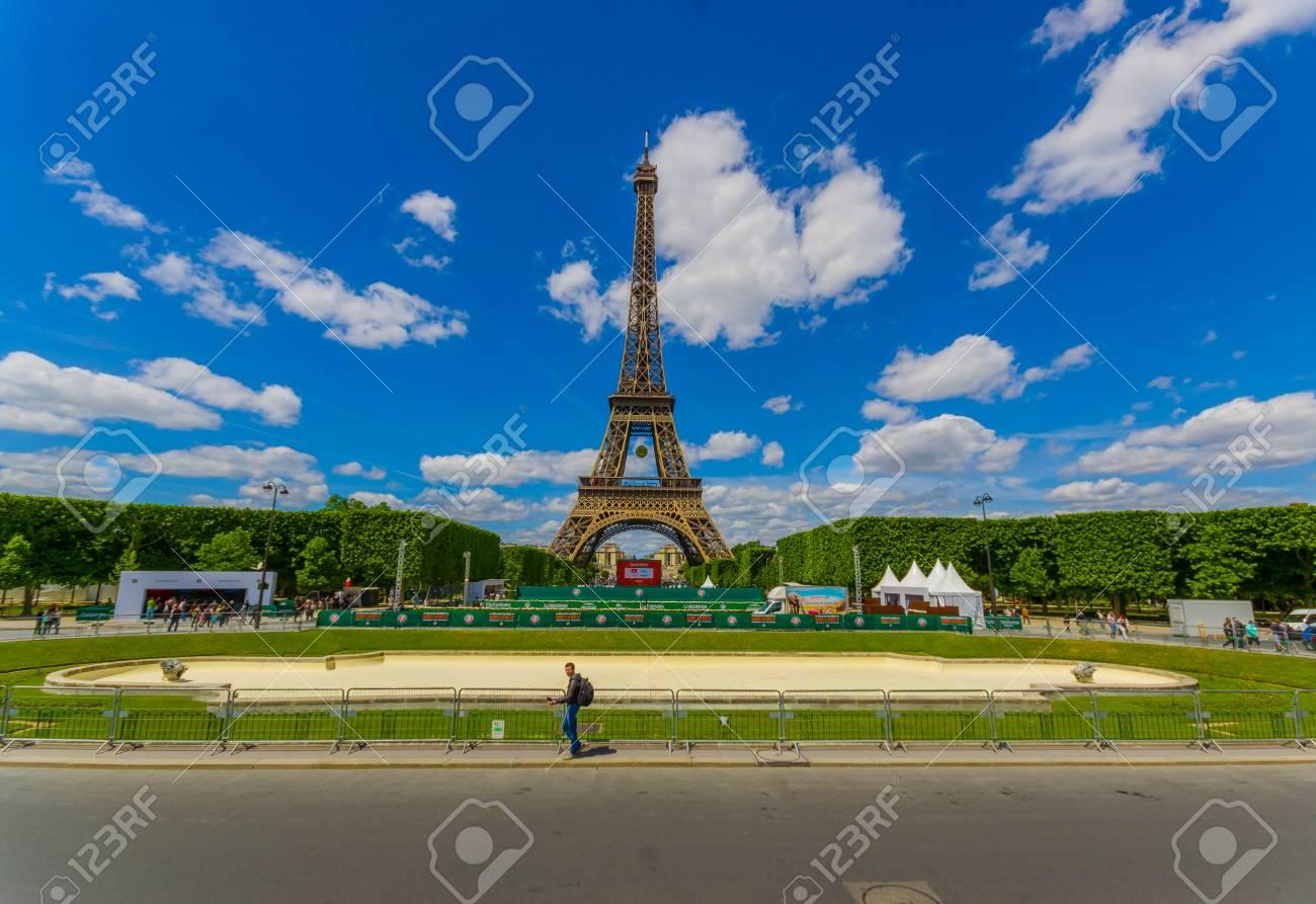 Roland Garros Handdoek.Paris France June 1 2015 Beautiful Summer View Of The Eiffel