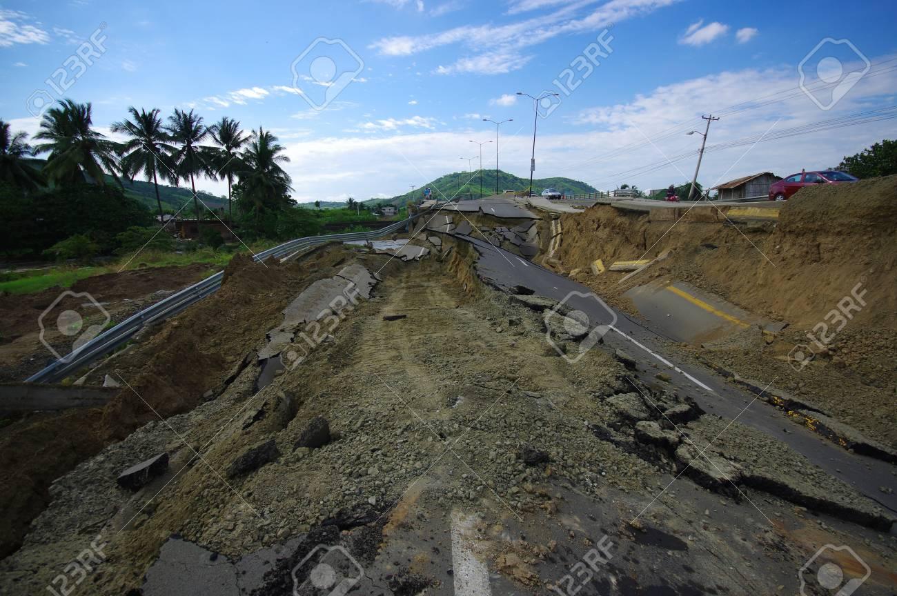 7.8 の地震後ポルトビエホ、エクアドル - 2016 年 4 月 18 日: ひびの ...