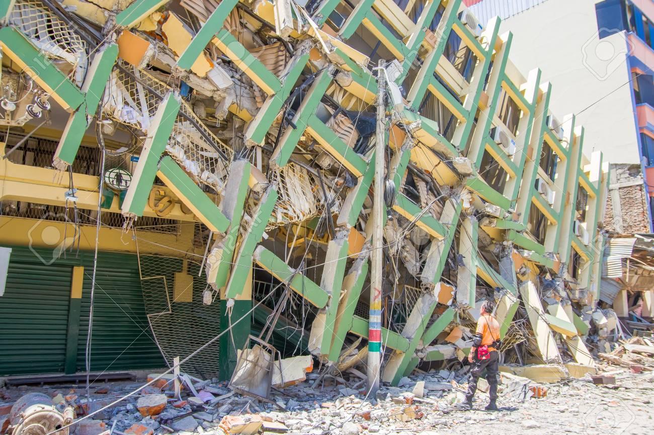 ポルトビエホ、エクアドル - 2016 年 4 月 18 日: 建物の市内中心部を ...