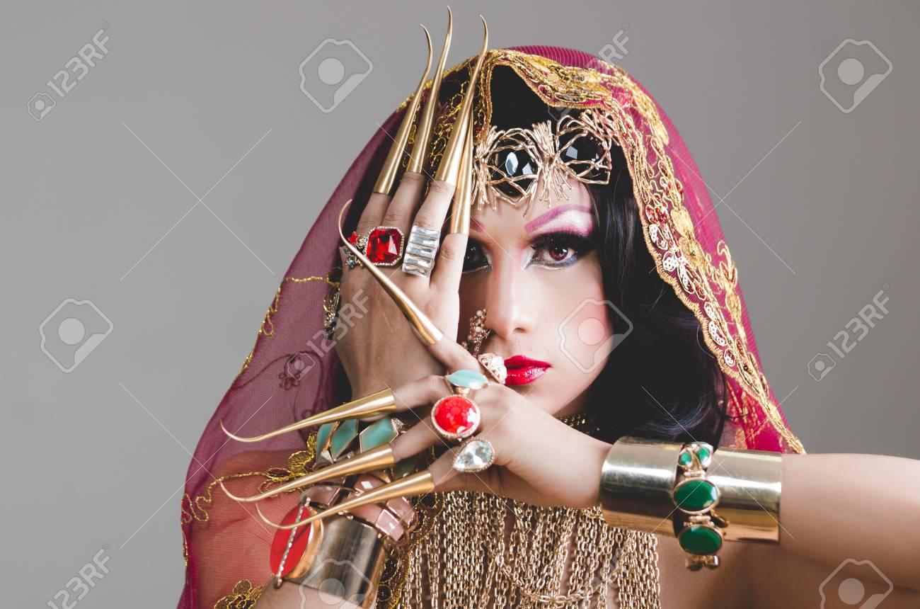 Headshot De La Mujer Vestida Con Ropa Tradicional Hindú