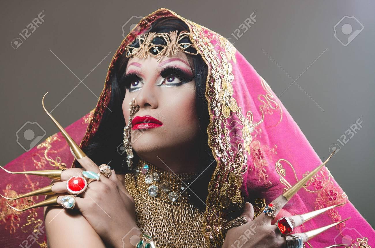 Headshot De La Mujer Vestida Con Ropa Tradicional Hindú ...