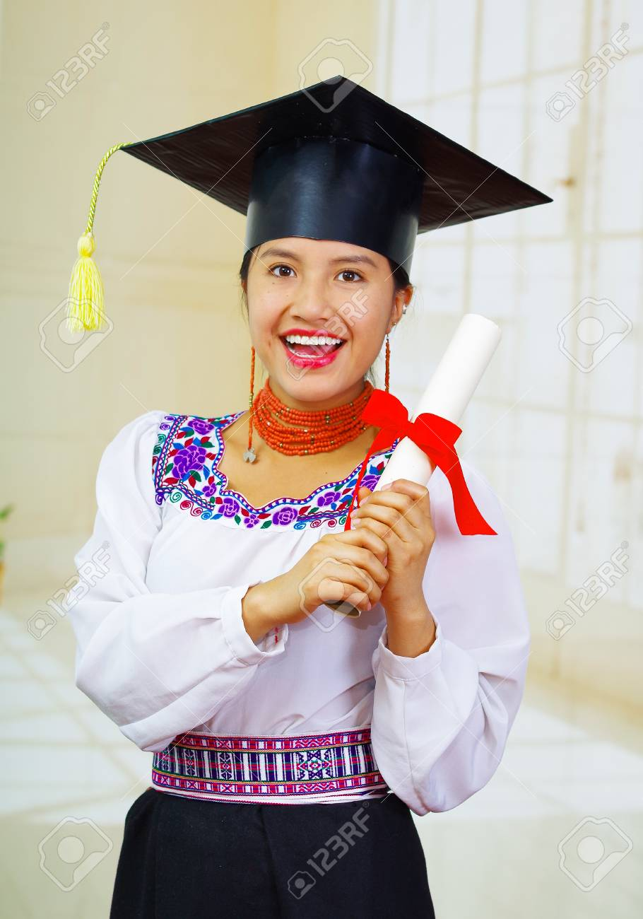 Foto de archivo - Joven estudiante con blusa tradicional y sombrero de  graduación bc9119c5317