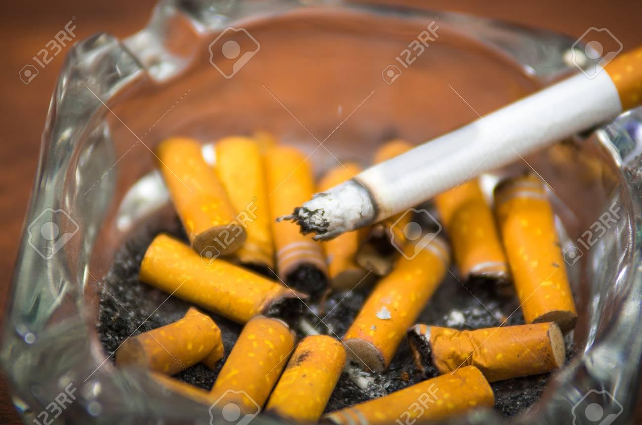 cigarettes et du tabac se trouvant à l'intérieur et autour de