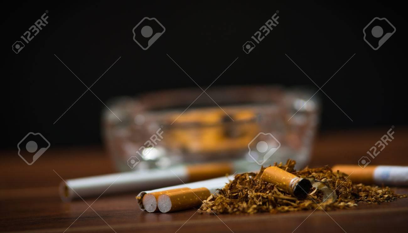 closeup cigarettes et le tabac se trouvant à l'intérieur et autour