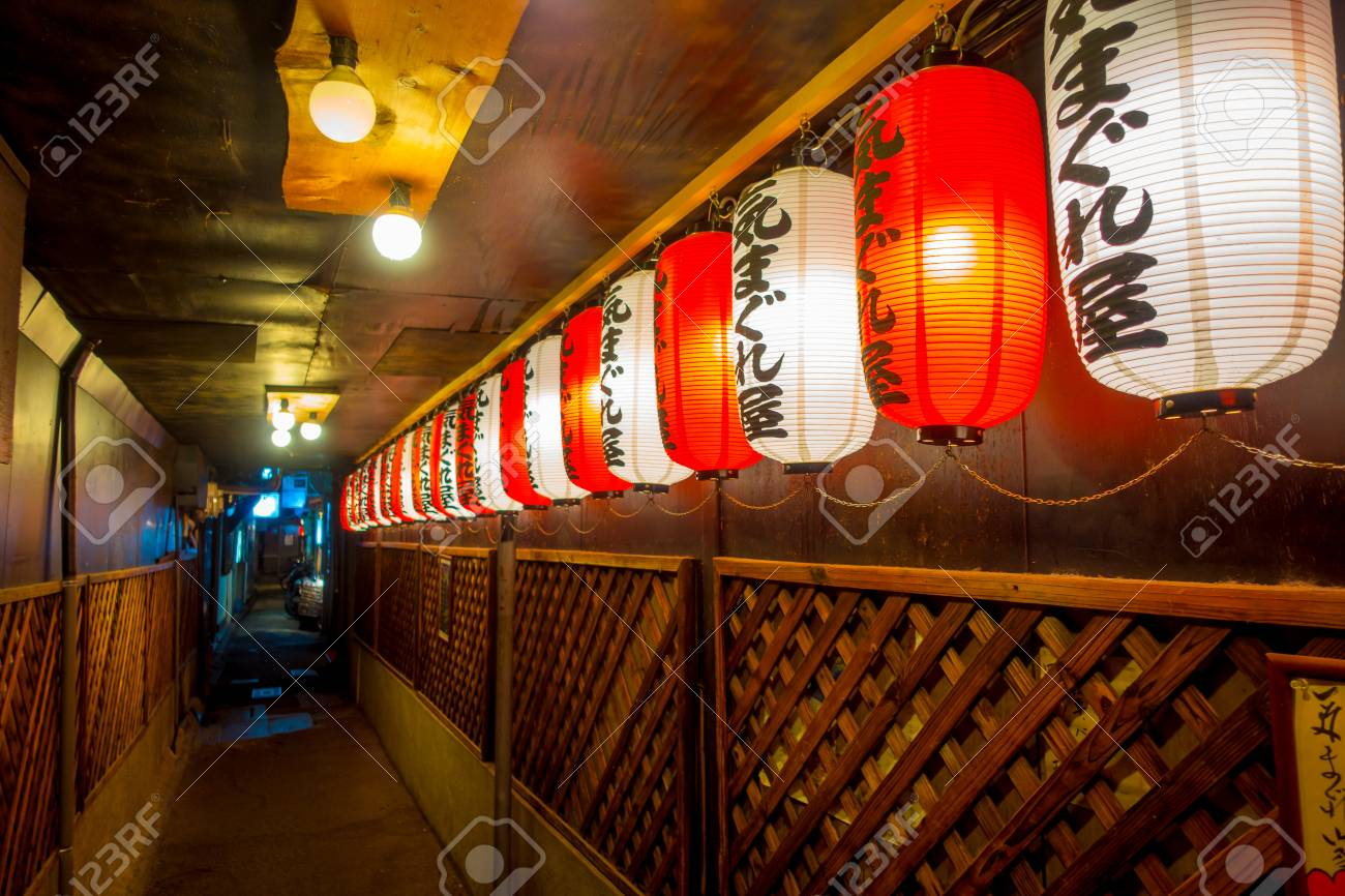 Washi, le papier artisanal japonais 82472121-kyoto-japan-july-05-2017-beautiful-paper-lamps-at-night-inside-of-a-building-in-gion-district-kyoto