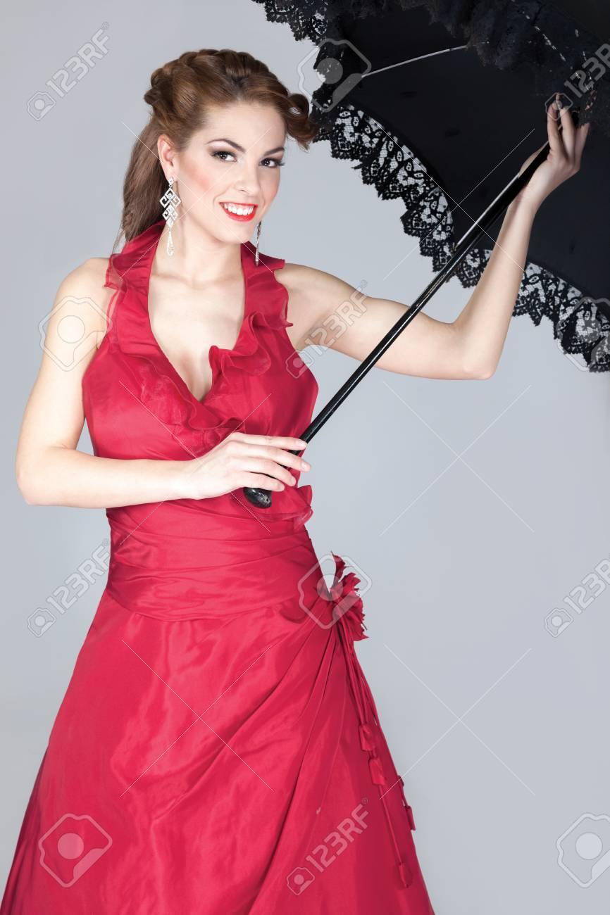premium selection fb635 9453b Giovane e bella donna con ombrello nero in mano e abito da sposa rosso