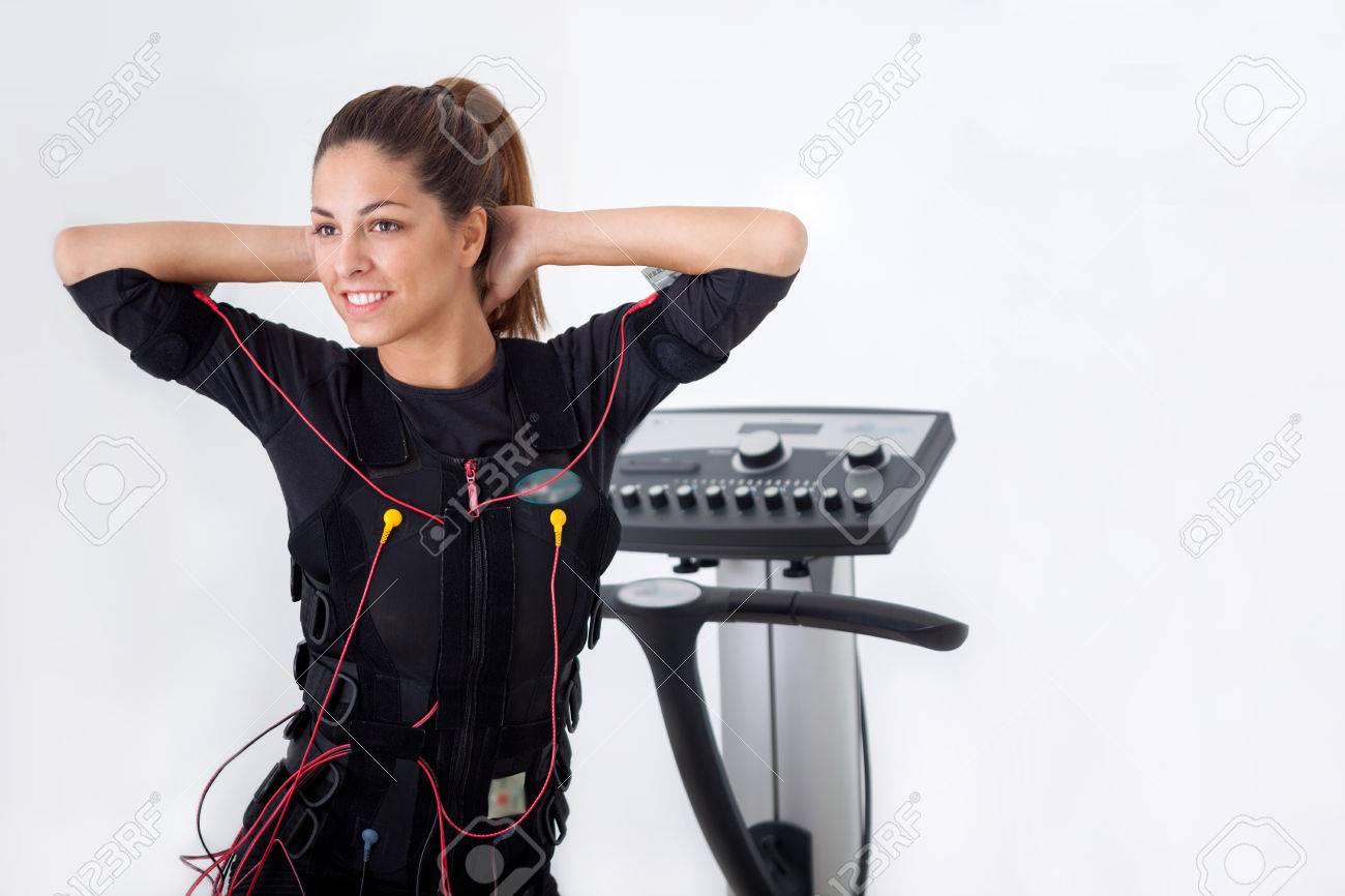 ajustement femme exercice sur la machine musculaire électro Banque d'images - 31526233