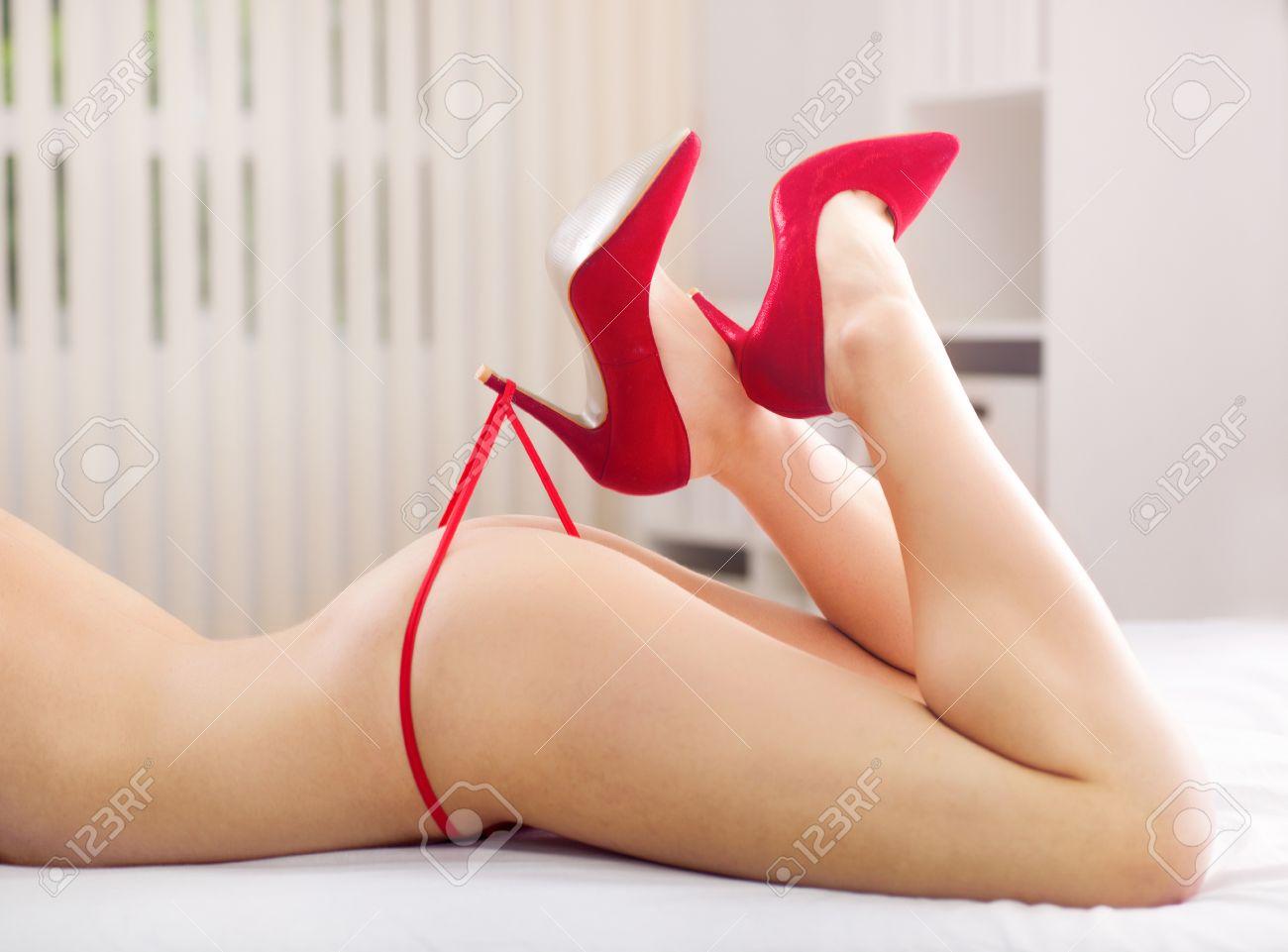 partie de femme nue avec des culottes rouges Banque d'images - 31990371
