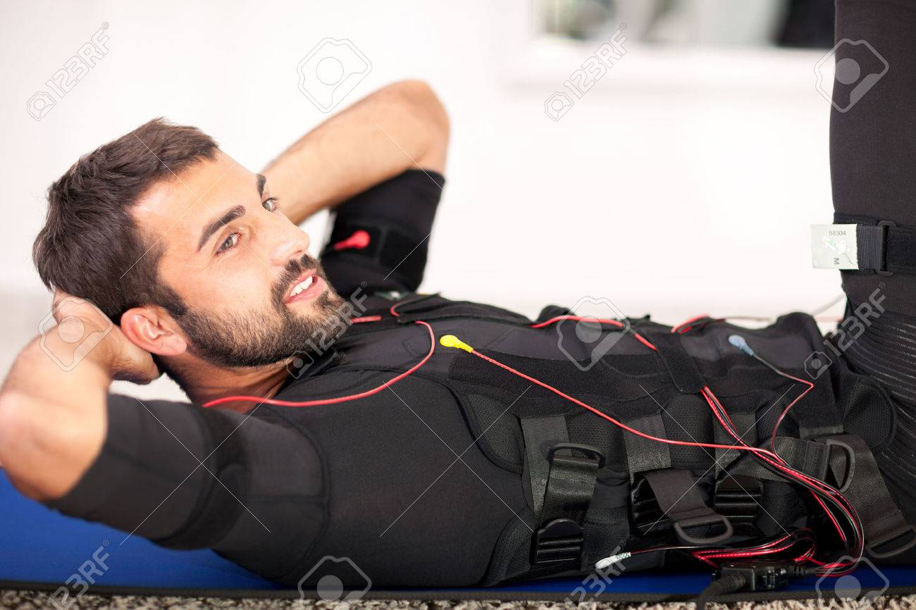 homme travaillant sur électro-linge de stimulation musculaire Banque d'images - 33331608