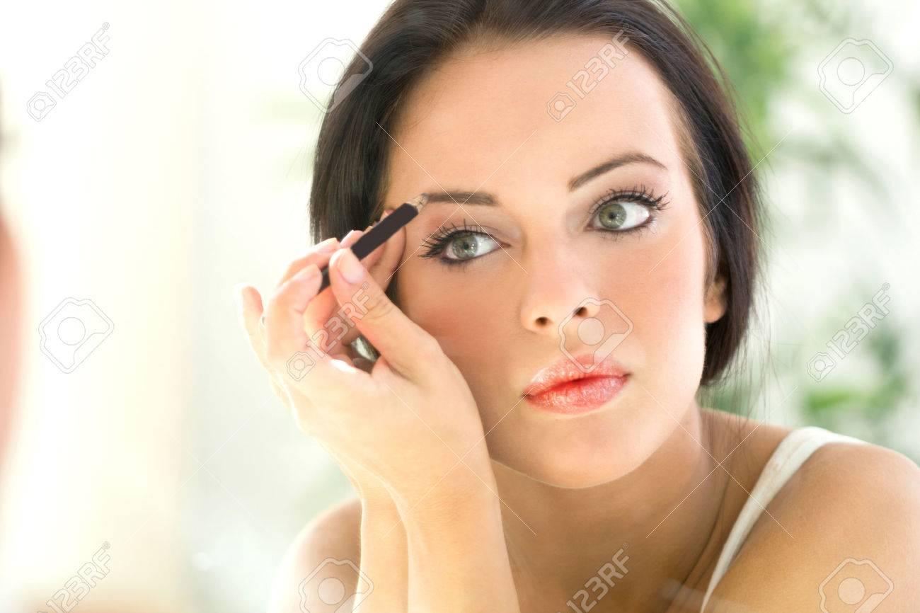 belle jeune femme d'appliquer le maquillage Banque d'images - 33331614