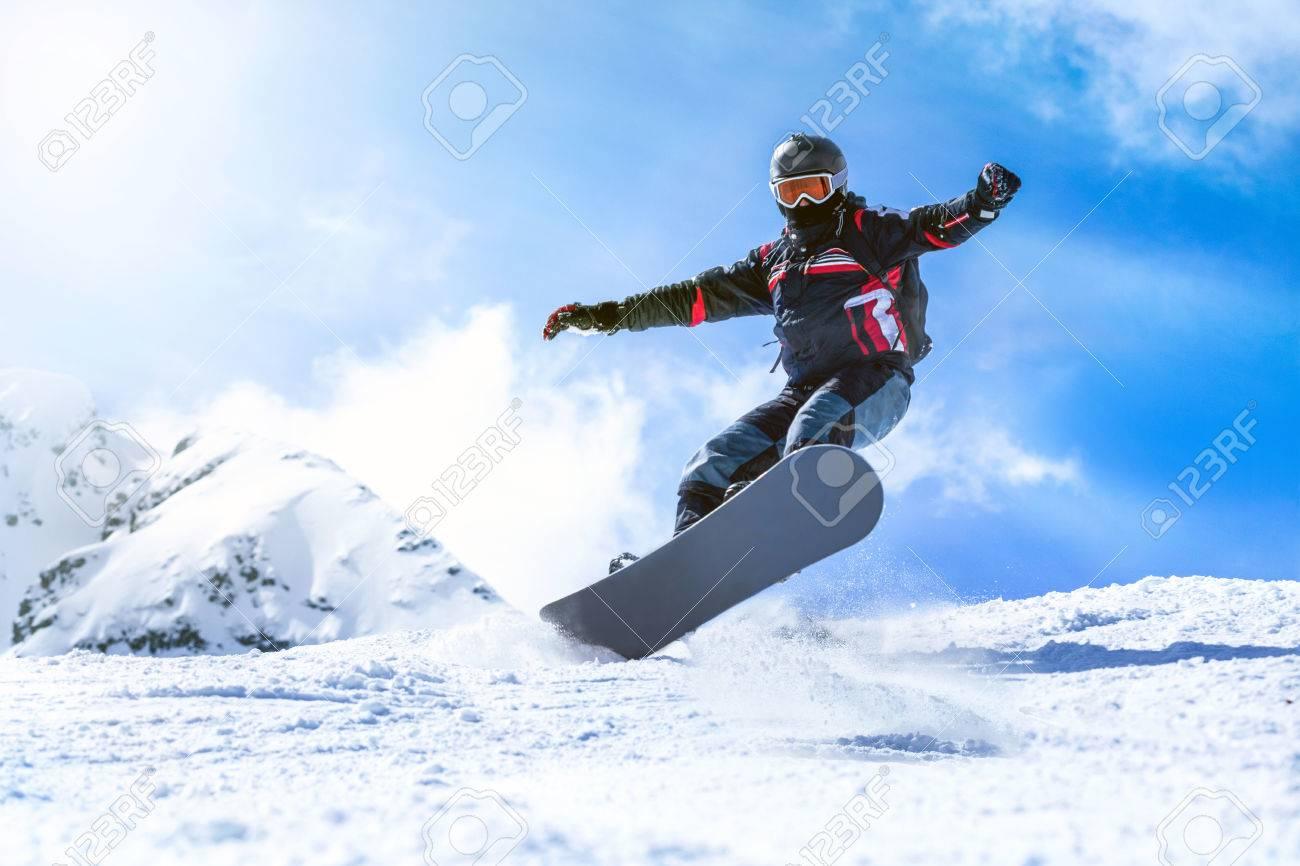 Homme sautant avec planche à neige depuis la colline de montagne Banque d'images - 39659395