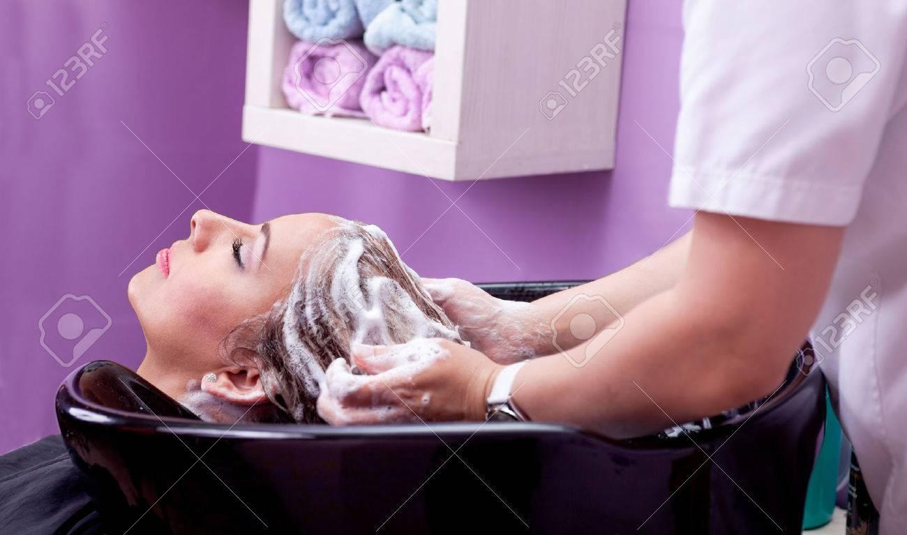 laver les cheveux dans un salon de coiffure Banque d'images - 40335843