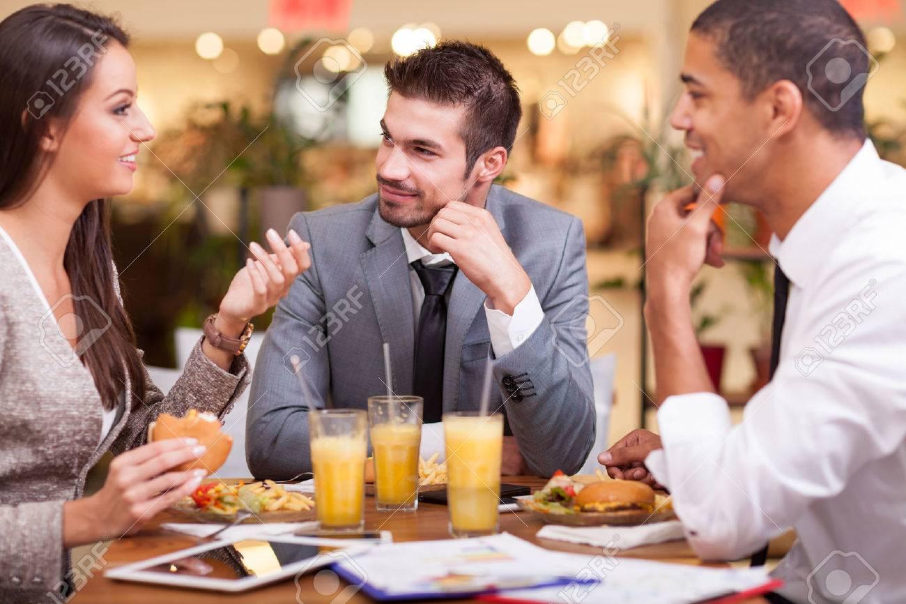 les employés de bureau sur le déjeuner au restaurant Banque d'images - 46088235