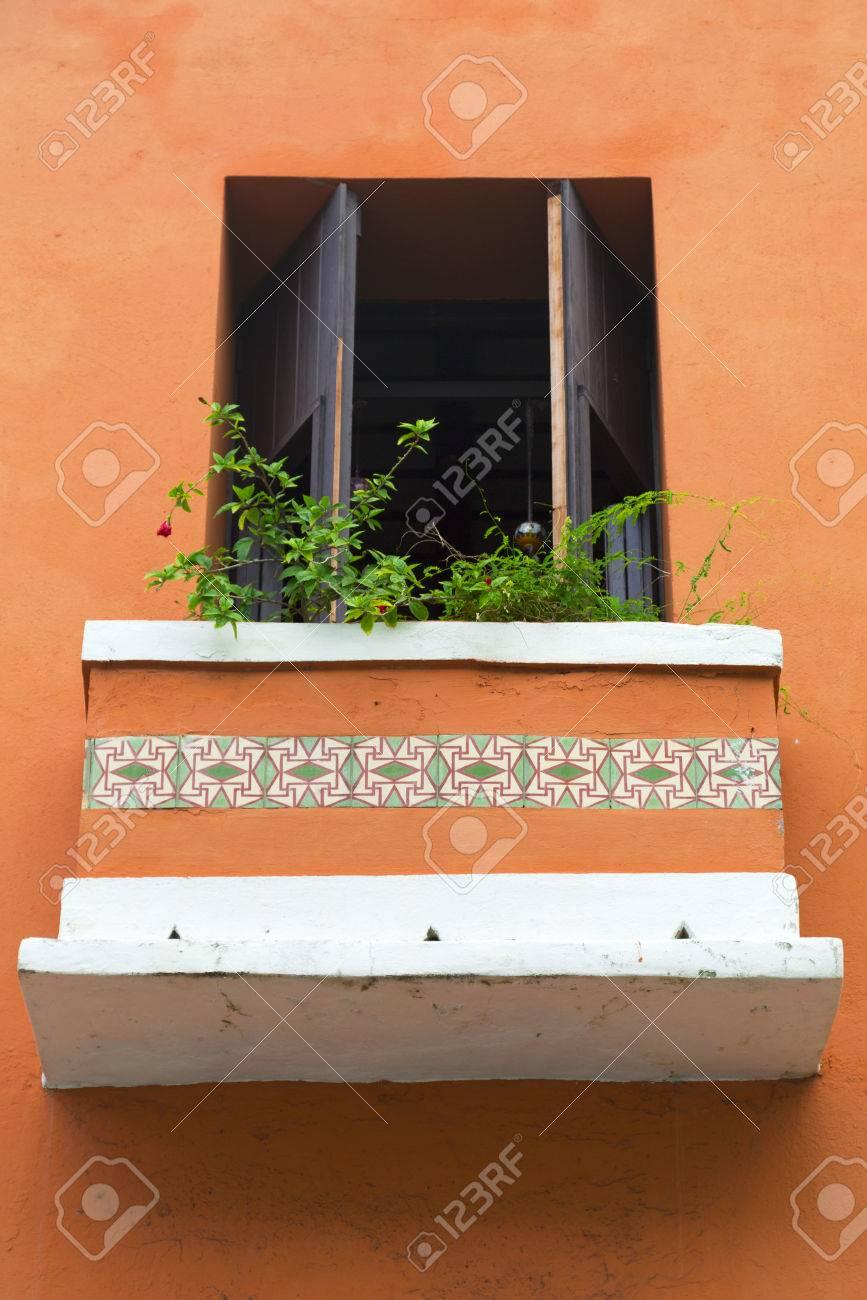 Encantadora Y Antigua Puerta De La Terraza Española En La Pared De Color Naranja Con Flores Del Balcón En San Juan Puerto Rico