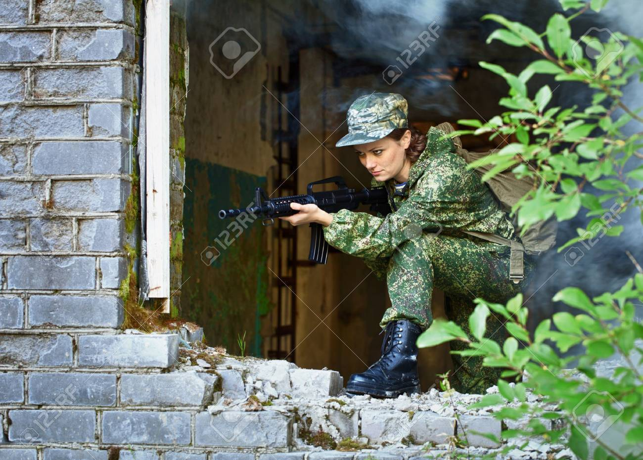 A woman with a rifle, keep the defense in the battle Stock Photo - 11052244
