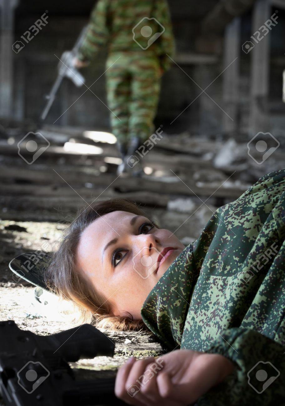 若い女性 - 銃撃戦で殺された兵士 の写真素材・画像素材 Image 16755758.