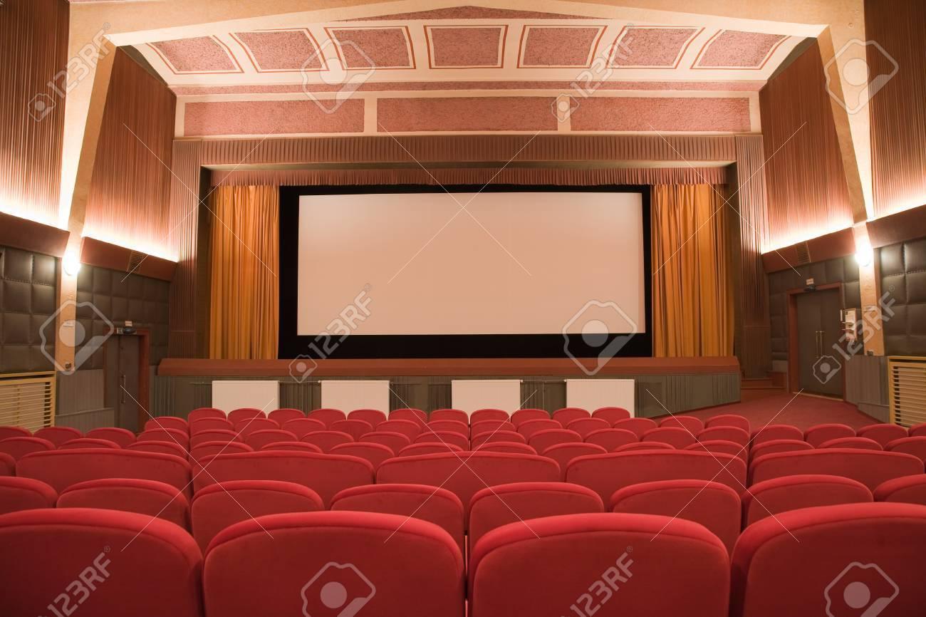 Immagini Stock Empty Cinema Auditorium Retro In Stile Cubista Con La Linea Di Sedie E Schermo Di Proiezione Pronto Per Aggiungere La Propria Immagine Image 37242697