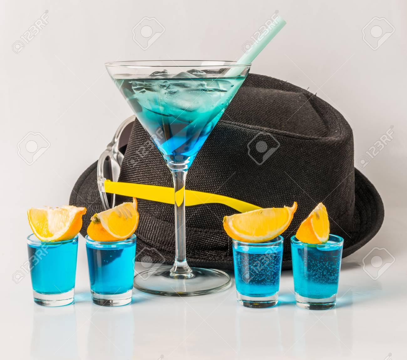 Buntes Getränk In Einer Martini-Glas-, Blauen Und Grünenkombination ...