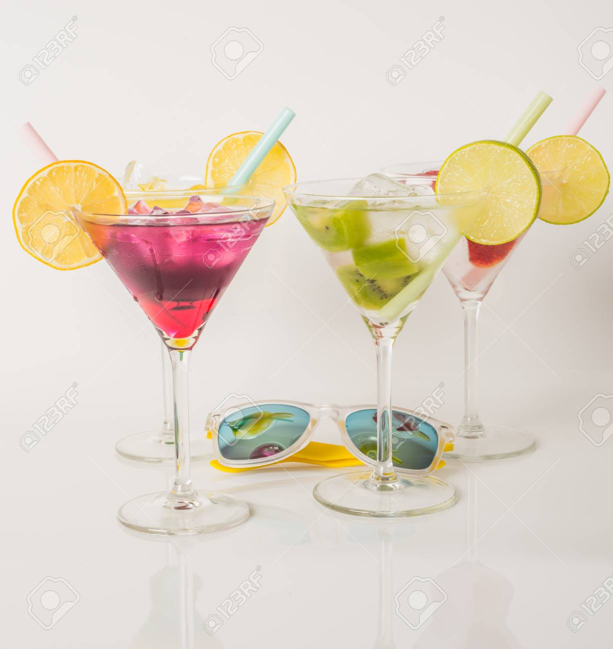 Bunte Getränke, Farbgetränk Mit Früchten Verziert, Farbaufnahmen ...