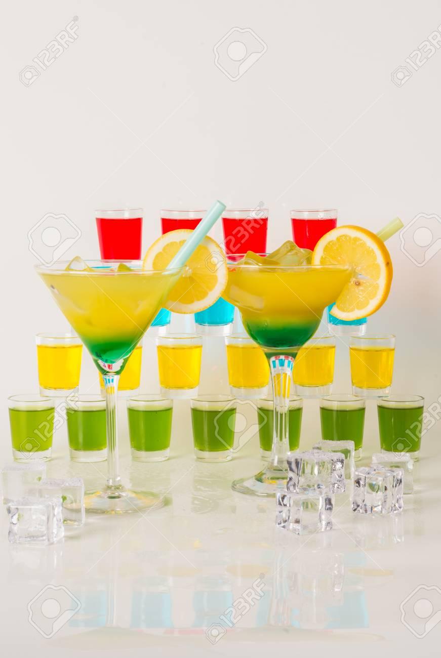 Bunte Reihe Von Getränken, Farbe Getränk Mit Früchten Dekoriert ...