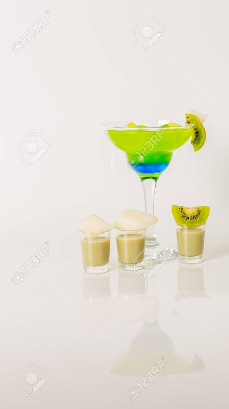 Bunte Drink In Einem Margarita-Glas, Blau Und Grün Kombination ...