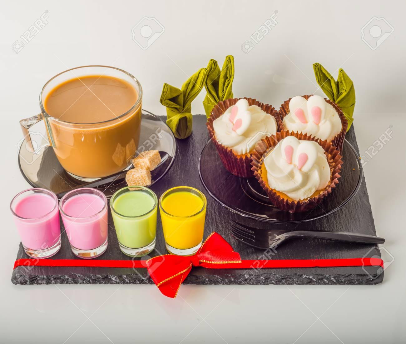 Weißer Kaffee In Der Modernen Glasschale, Muffins Mit Ostern ...