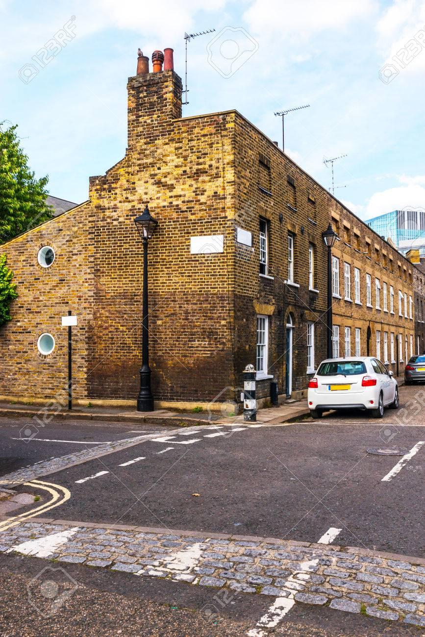 ... Viejos Edificios Ingleses, Edificios De Ladrillo Bajo A Través De Una  Calle Estrecha, Arquitectura Antigua Interesante De Londres, Casas Inglesas