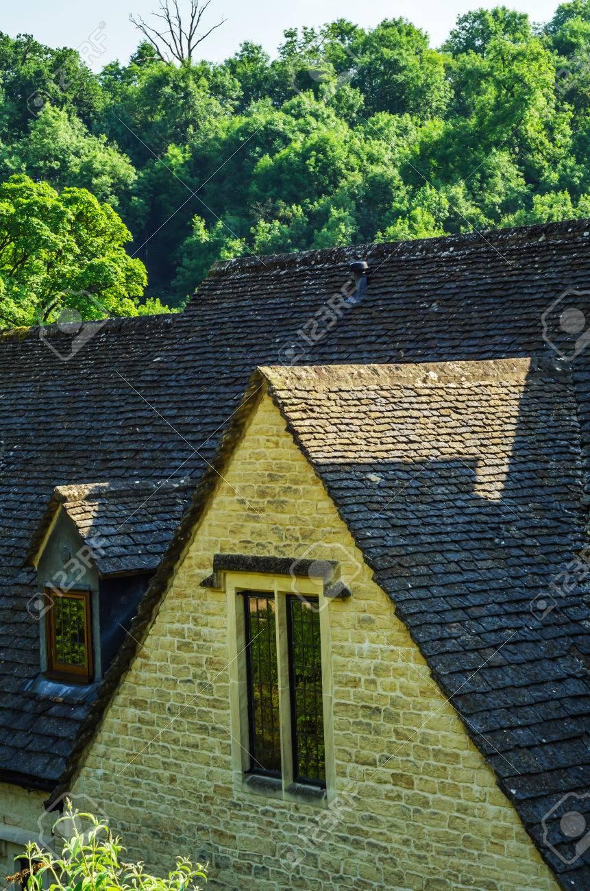 ヴィンテージの古い屋根、美しい英語建築 sar 屋根瓦で覆われている