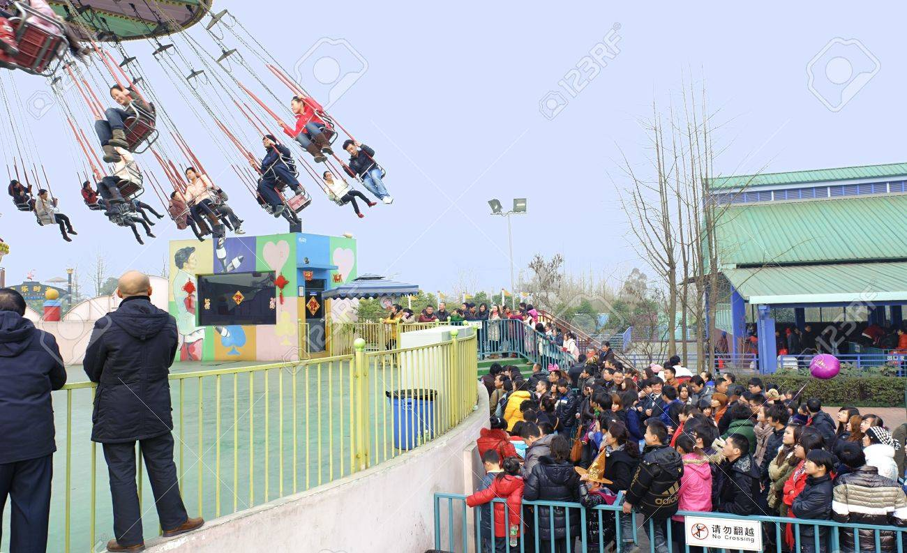 CHENGDU - FEB 3: People waiting in line to play chairoplane in the amusement park on Feb 3, 2011 in Chengdu, China. Stock Photo - 9338605