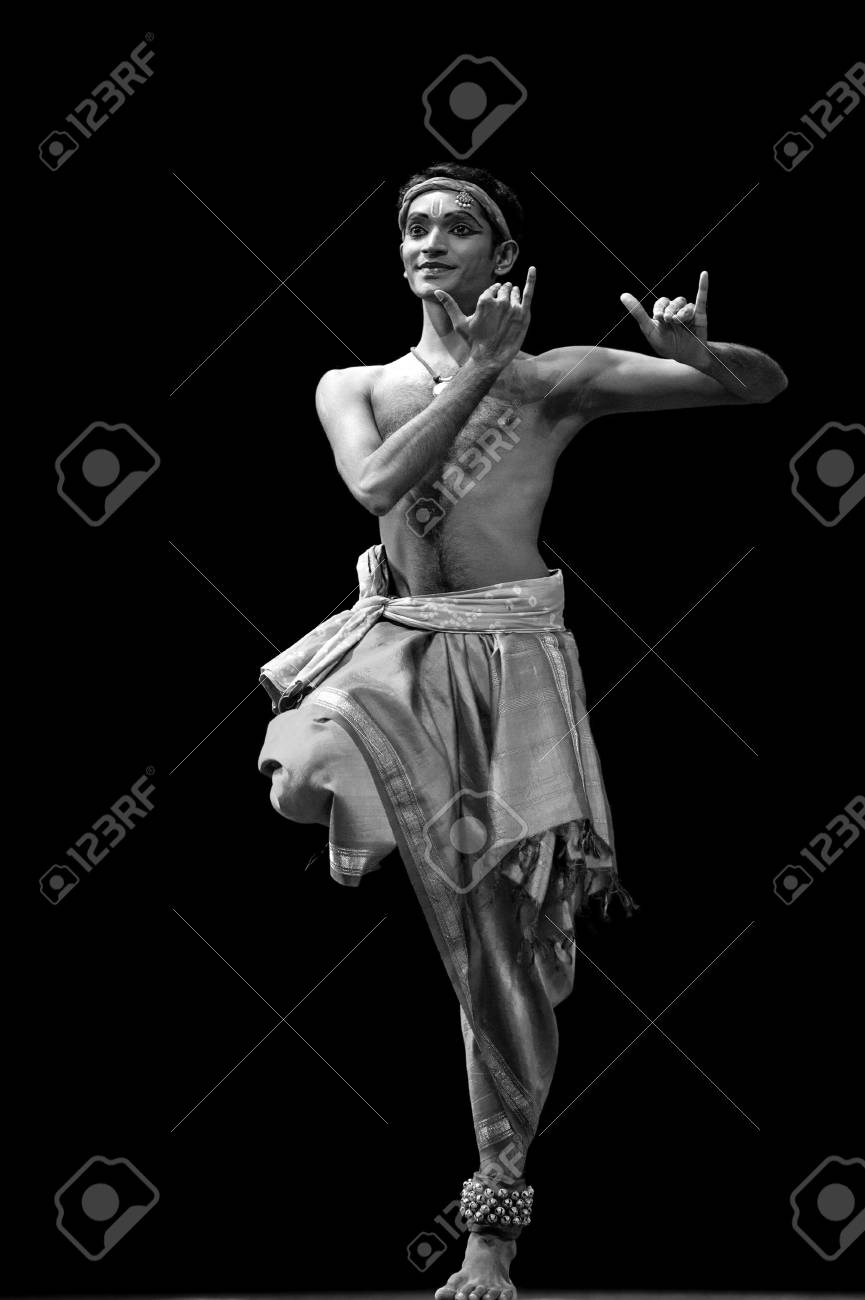 CHENGDU, CHINA - OCT 24,2010: Indian dancer performs folk dance at JINCHENG theater during the festival of India in china.Oct 24,2010 in Chengdu, China. Stock Photo - 9377939