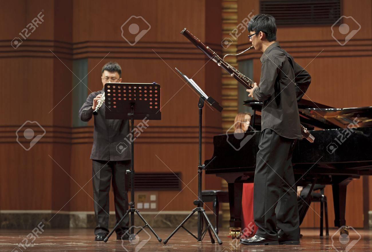 成都 - 6 月 20日: バスーン奏者を実行四川音楽学院の奏楽堂で風音楽 ...