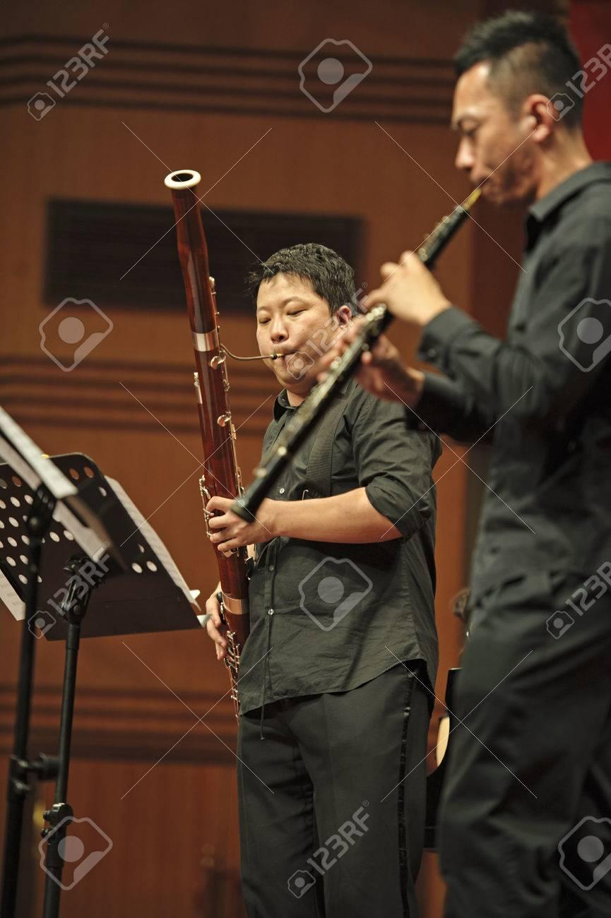 成都 - 6 月 20 日: 奏者 20,2012 成都、中国で 6 月四川音楽学院の ...
