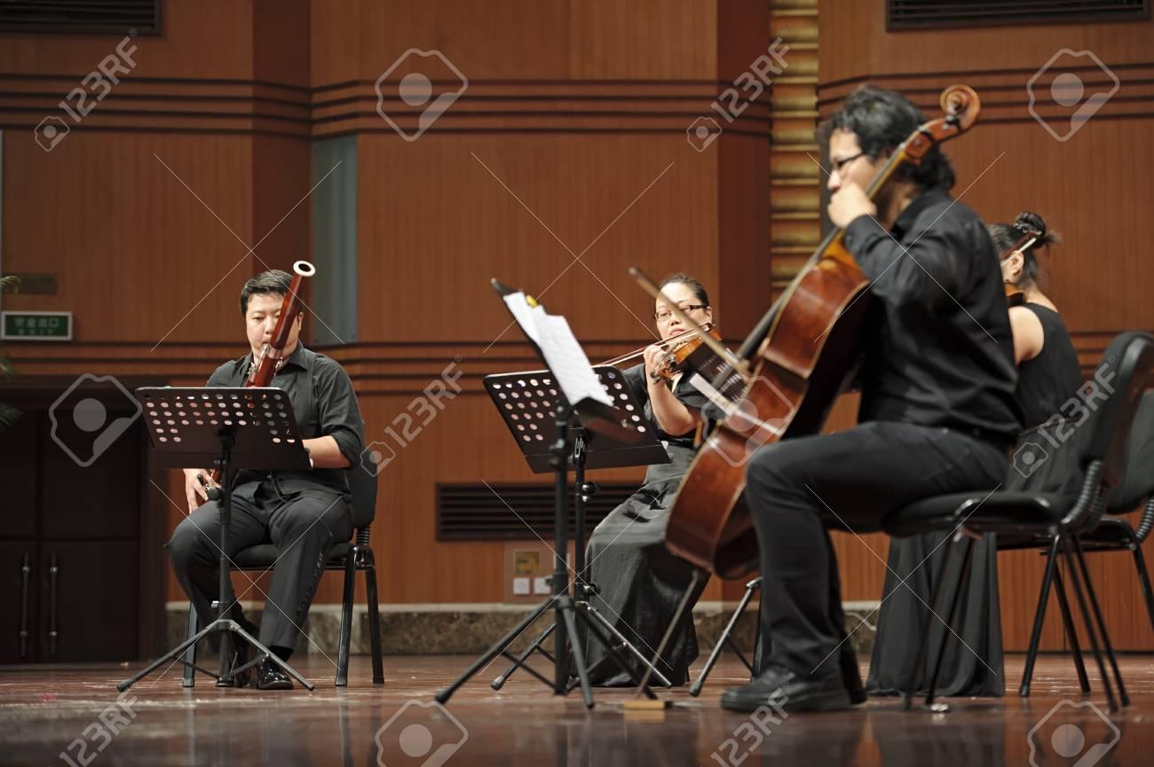 成都 - 6 月 20 日: Violoncellist 20,2012 成都、中国で 6 月四川音楽 ...