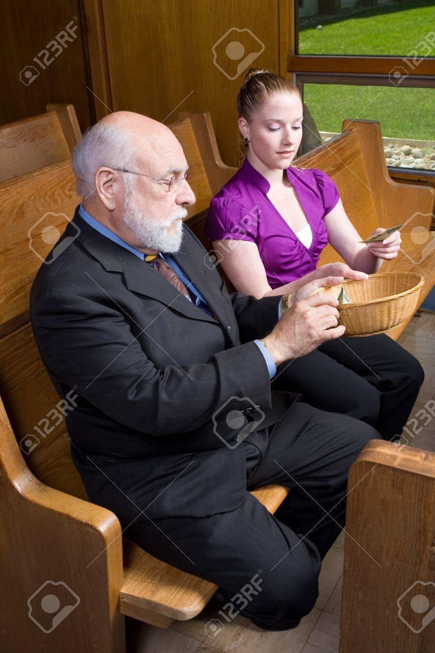 Lterer Mann Und Junge Frau Geld In Ein Angebot Legen Sitzen In