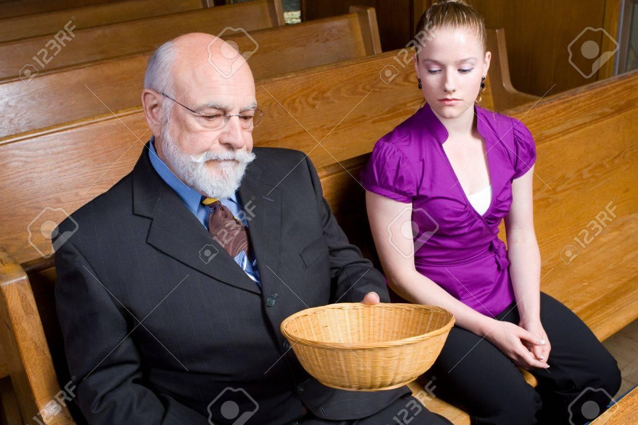 Senior Mann Und Junge Frau Mit Besorgnis über Ein Angebot Legen In