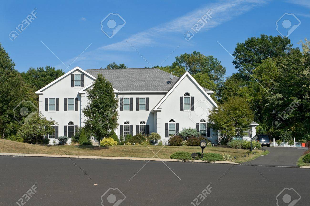 Front view new, large single family house in suburban Philadephia, Pa, USA.  Bright blue sky in the background. Stock Photo - 11379572