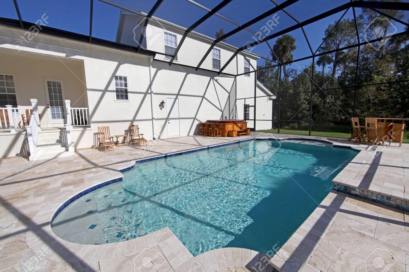 Ein Schwimmbad Und Whirlpool In Einem Großen Haus Lizenzfreie Fotos