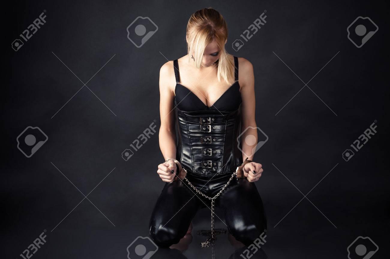 Женщины в возрасте связанные наручниками