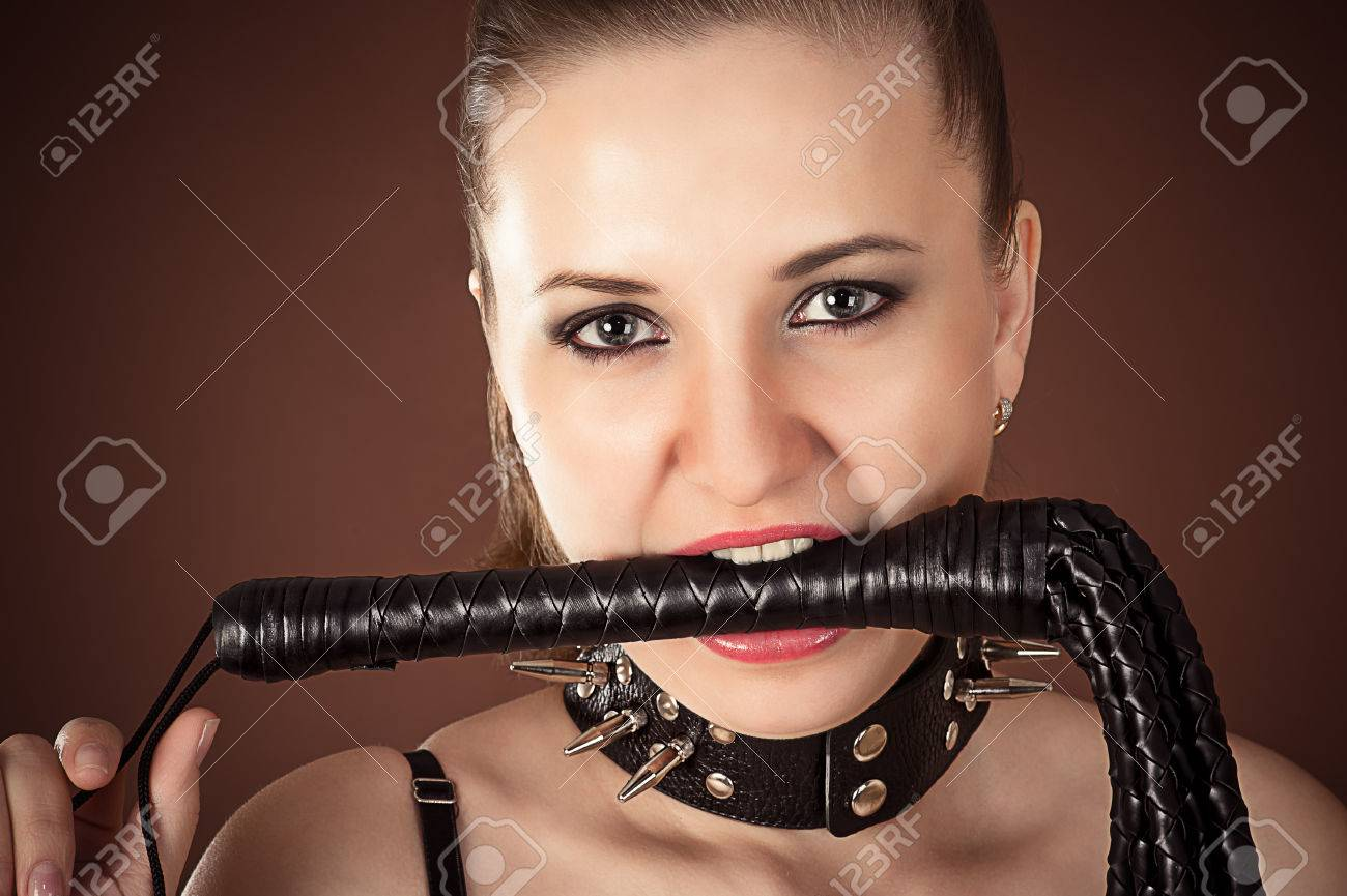 Фото девушка в коже с плёткой 18 фотография