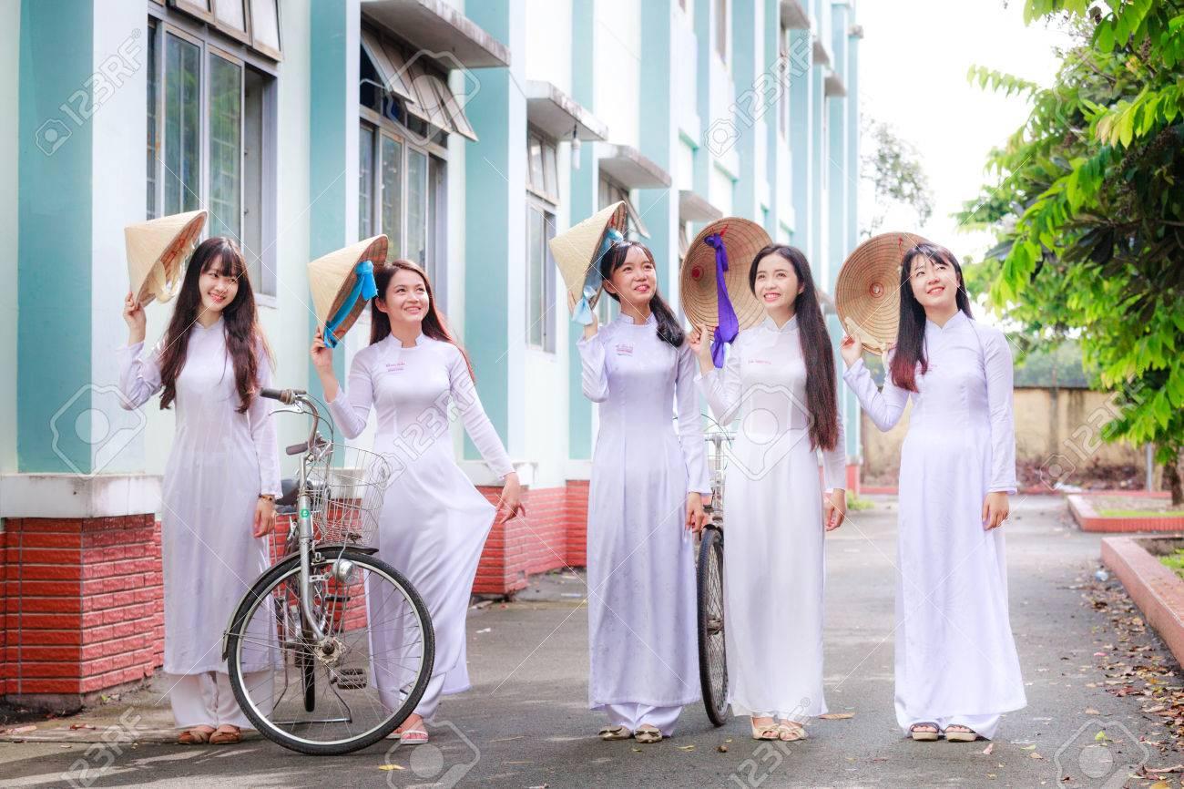 호치민시, 베트남 - 9 월 13 일, 2015 미확인 베트남어 아오 다이 여자가 C의 학교 운동장에서 흰색 유니폼을 착용합니다. 아오  다이는 베트남 전통 Custume 여성 유명하다. 로열티 무료 사진, 그림, 이미지 그리고