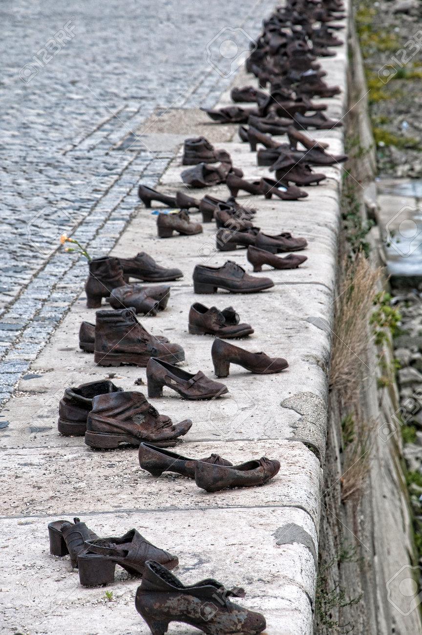 Zapatos de bronce en el muelle del río Danubio en Budapest para recordar la deportación de los Judios de Hungría de los campos de la muerte nazis